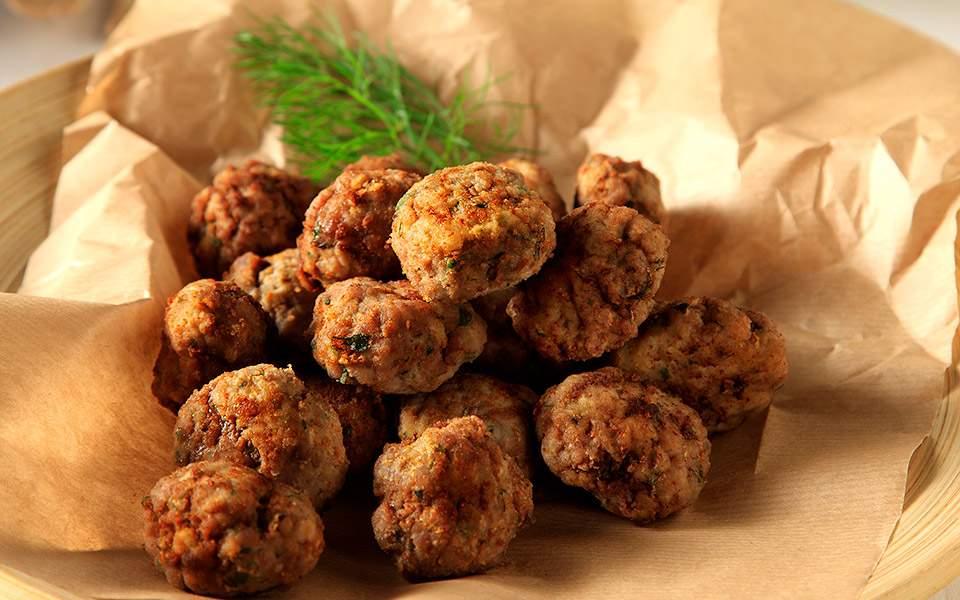 Αφράτοι κεφτέδες με άνηθο και πατάτα και κουνουπιδοσαλάτα | Συνταγές